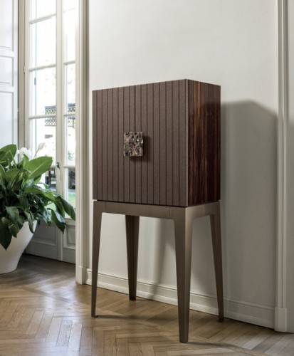 A cabinet with an ecletic design. Simple and controverse.  modern cabinet Top 30 Modern Cabinets Top 50 Modern Cabinets 23 e1448016484318  Top 20 Modern Cabinets for your living room Top 50 Modern Cabinets 23 e1448016484318