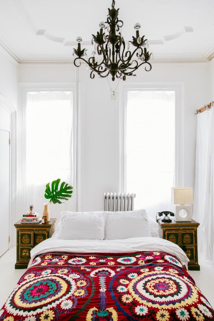 mixing-patterns-justina-blakeney-03 Modern Bedding 7 Tips For Creating A Layered Modern Bedding Look mixing patterns justina blakeney 03 e1454936023308