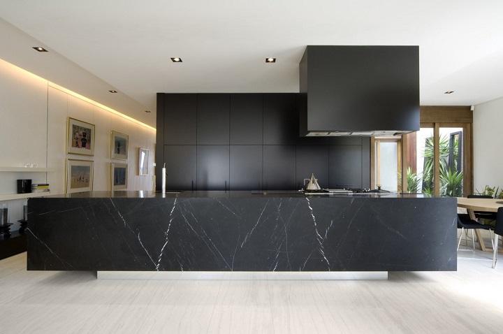 block-black-kitchen-large-marble-benchtop-wooden-flooring Luxury Kitchen Best Luxury Kitchen Design With Marble Accents block black kitchen large marble benchtop wooden flooring