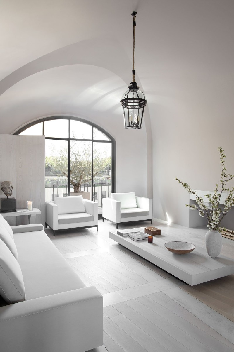 Parisian Apartment Enhances Prestige Through Monochromatic